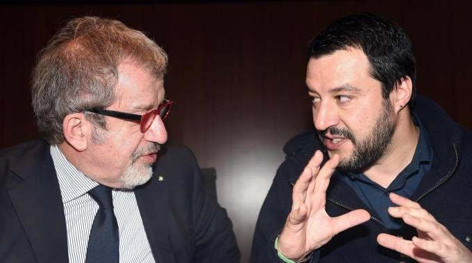 Il segretario della Lega Salvini con il presidente della Regione Maroni (Ansa)