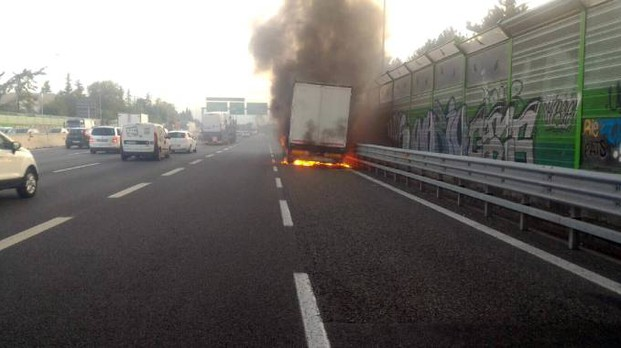 Un camion in fiamme