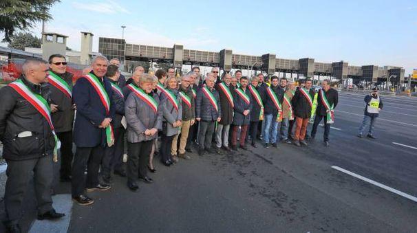 La protesta dei sindaci alla barriera della tangenziale est