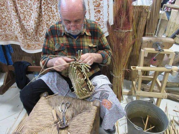 Un artigiano intento nell'intreccio (foto Scardovi)