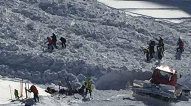 LA VERIFICA Volontari del Soccorso Alpino controllano l'area