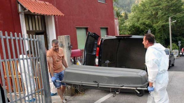 Il recupero del cadavere dalla casa di Carrodano il 22 luglio del 2015