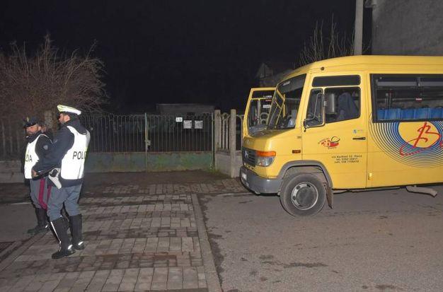 Bimbo scende dallo scuolabus e viene investito da un'auto