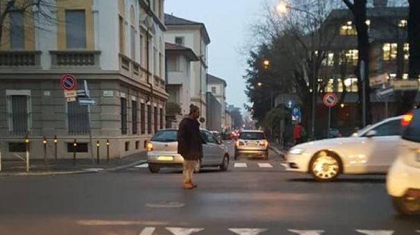 L'uomo in mezzo a viale della Repubblica