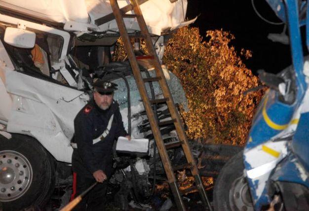 Sono morti i conducenti del primo tir, che procedeva in direzione di Ferrara e del furgone, illeso il terzo uomo (Foto Corelli)