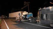 Nello scontro tra due mezzi pesanti, di cui uno con targa pesarese, sono infatti morte due camionisti: un italiano di 41 anni e un 33enne di nazionalità romena (Foto Corelli)
