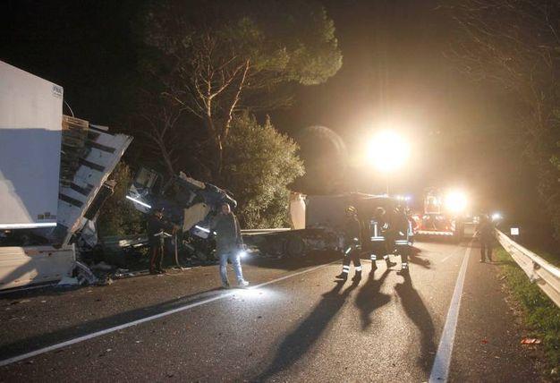Secondo la prima ricostruzione dei carabinieri della stazione Savarna un tir autoarticolato guidato da un italiano di 41 anni, scarico, è finito sulla corsia opposta, forse per un colpo di sonno del conducente (Foto Corelli)