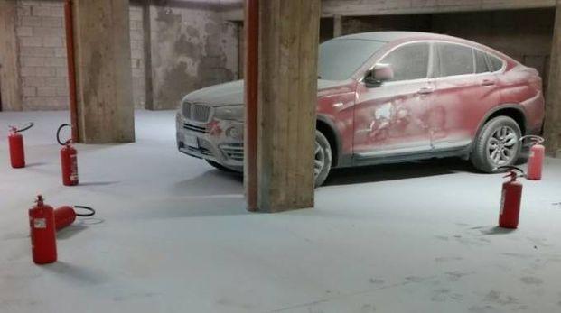 Il parcheggio a soqquadro e gli estintori svuotati