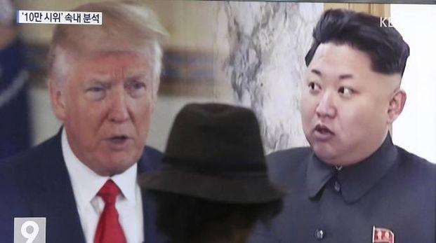 Donald Trump e Kim Jong-un in un programma tv di Seoul (Ansa)
