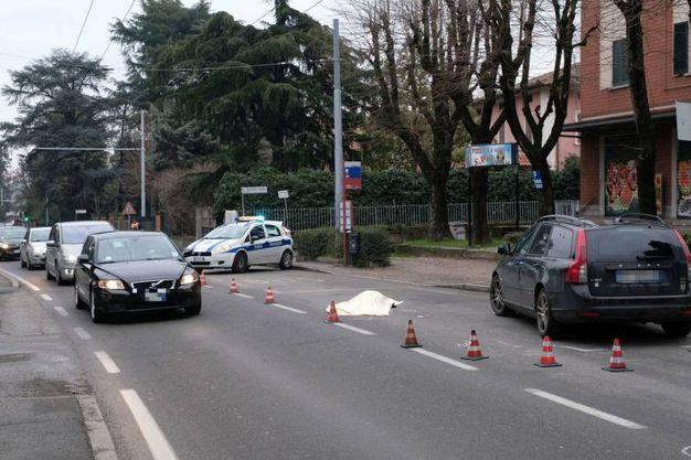 E' morta a 49 anni mentre attraversava la strada in via Toscana  all'altezza del civico 217, nei pressi della succursale del liceo Fermi (Foto Schicchi)
