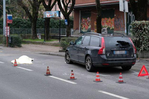 Il traffico, a singhiozzo per rendere possibili i rilievi e il recupero della salma della donna, è rimasto bloccato per ore (Foto Schicchi)