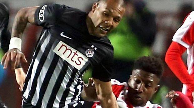 Everton Luiz, centrocampista brasiliano. A destra Kurtic l'altra sera al ristorante Max (foto da Facebook) e, sotto, la firma del contratto (dal sito Spal)