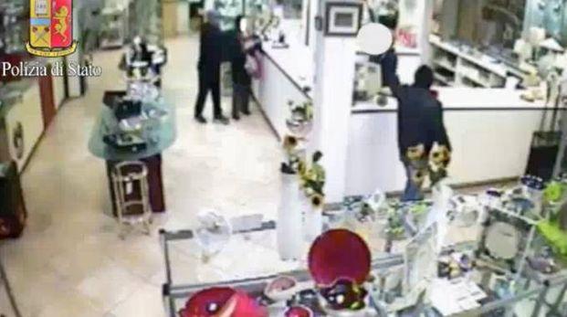 Rapina in gioielleria (Frame video telecamere di videosorveglianza)