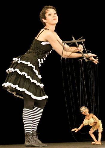 Francesca Zoccarato con le sue marionette in 'Varietà prestige' in scena il 21 gennaio