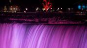 Una cascata di ghiaccio illuminata a Niagara Falls (Lapresse)