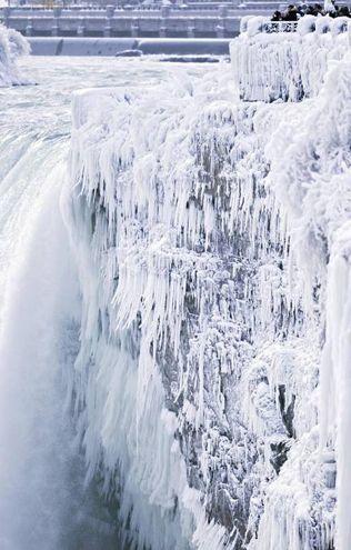 L'affascinante spettacolo delle cascate del Niagara congelate (Lapresse)