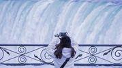 Turista fotografa lo spettacolo delle cascate del Niagara congelate (Lapresse)
