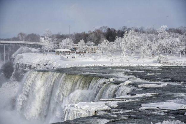 L'ondata di gelo record avvolge le cascate del Niagara (Lapresse)