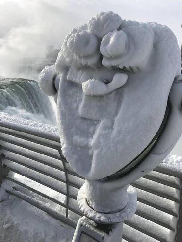 Il ghiaccio ricopre i binocoli d'osservazione (Lapresse)