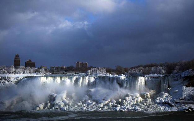 Il lato canadese delle cascate del Niagara ricoperto di neve e ghiaccio(Lapresse)