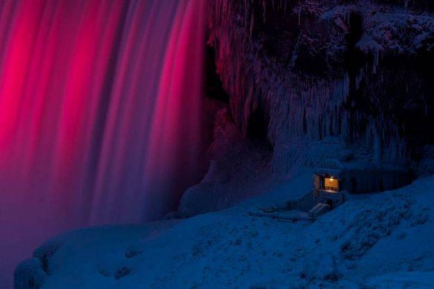 I giochi di colore delle cascate del Niagara ghiacciate (Lapresse)