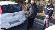 L'auto dei ladri e l'anziano coinvolto nell'incidente (foto Migliorini)