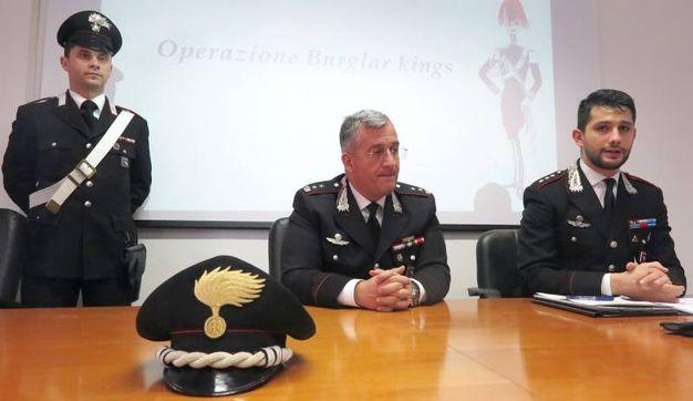 La conferenza stampa dei carabinieri per l'arresto della banda di ladri (foto Migliorini)