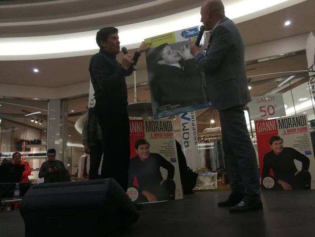 Gianni Morandi al Romagna Shopping Valley per firmare le copie del suo nuovo album 'D'Amore d'autore'