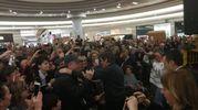 """L'""""eterno ragazzino"""" sommerso dalla folla al centro commerciale di Savignano sul Rubicone"""