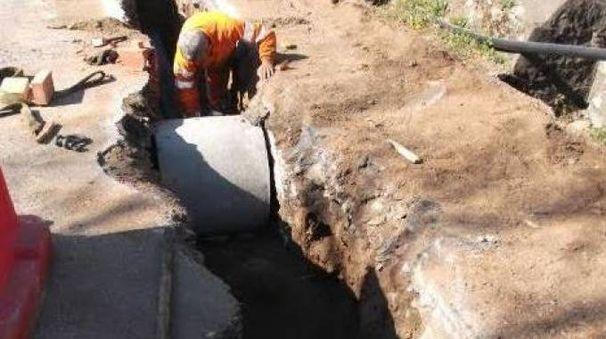 Operai di Gaia al lavoro per sistemare nuove tubazioni nel comune di Licciana Nardi (foto di repertorio)