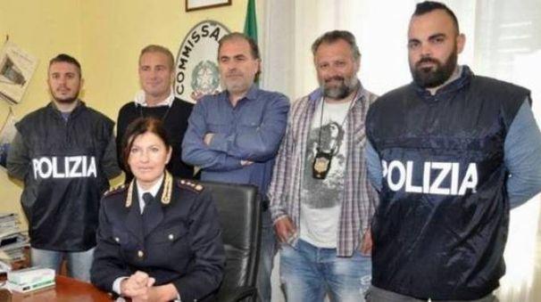 Il vicequestore Ferasin (seduta) e gli agenti del commissariato