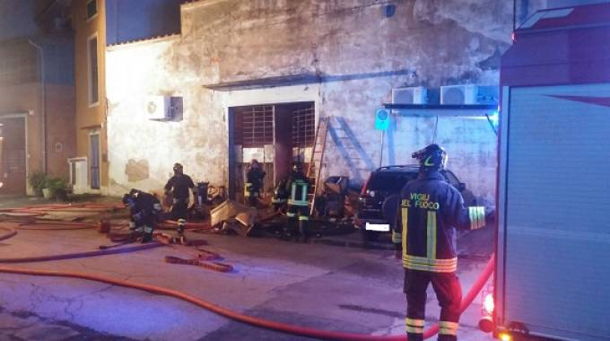 Incendio al magazzino di Stock House, l'intervento dei vigili del fuoco (Attalmi)