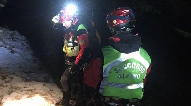 I tecnici del Soccorso alpuino durante una missione di salvataggio in notturna