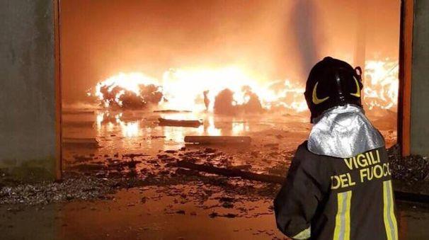 I vigili del fuoco hanno lavorato tutta la notte di giovedì fino a venerdì mattina per spegnere le fiamme
