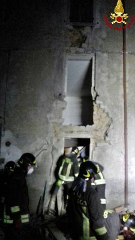 Palazzina crolla per un'esplosione: salvato sotto le macerie (Vigili del Fuoco)