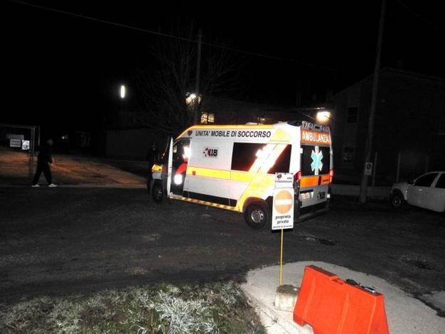 L'arrivo dell'ambulanza nell'abitazione del 71enne (Scardovi)