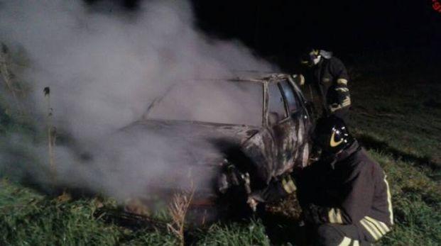 I vigili del fuoco e l'auto distrutta
