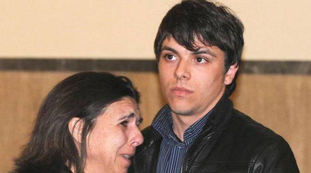 Rosaria Palermo in lacrime abbraccia il figlio Daniele Natale Micale (Ansa)