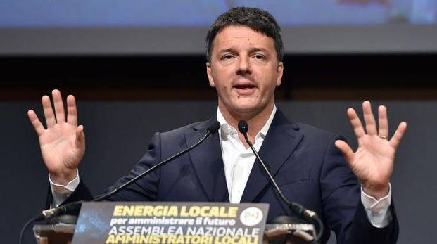 Matteo Renzi sul palco del Lingotto a Torino (Ansa)