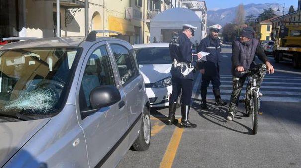La Panda con il vetro anteriore danneggiato e la Polizia Municipale (Foto Delia)