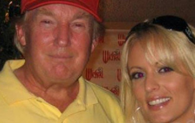 Donald Trump con Stephanie Clifford (Da Facebook)