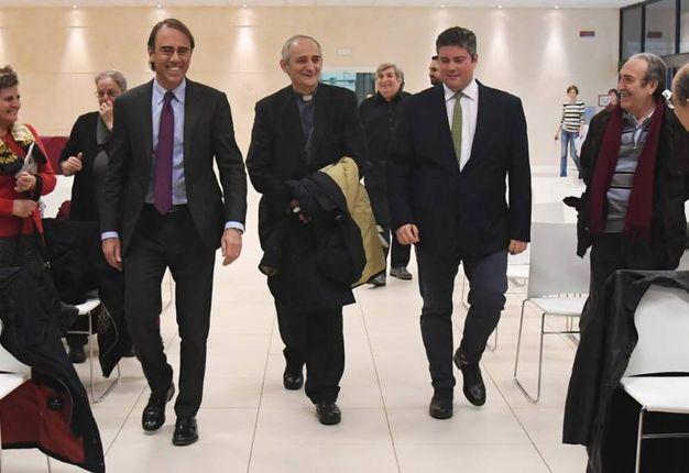Monsignor Zuppi accompagnato dal direttore Andrea Cangini e da Valerio Baroncini (foto Schicchi)