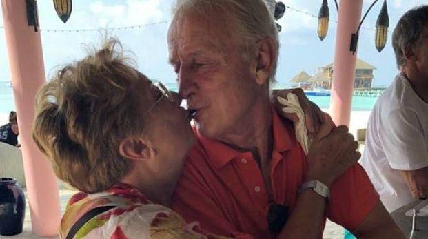 Il bacio alle Maldive fra Trapattoni e la moglie (Twitter @brunolonghi7)