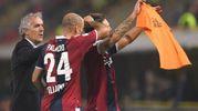 Con Donadoni e Palacio dopo aver segnato il gol contro il Crotone (foto LaPresse)