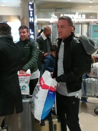 Simone Verdi con il fratello Mattia all'aeroporto di Bologna, appena atterrato da Dubai