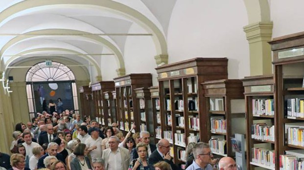 Gli interni della biblioteca comunale