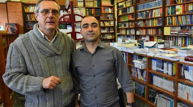 Da sinistra Roberto Sartori, titolare della Libreria Ariosto, con il barista Daniele Melis accorso in suo aiuto