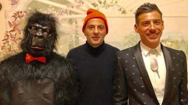 Daniele Alessandrini al centro tra Francesco Gabbani e la scimmia nei giorni del Sanremo 2017