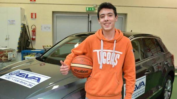 Il giovane giocatore dei Tigers con la palla scagliata nel canestro che gli ha fruttato il bel premio (Frasca)
