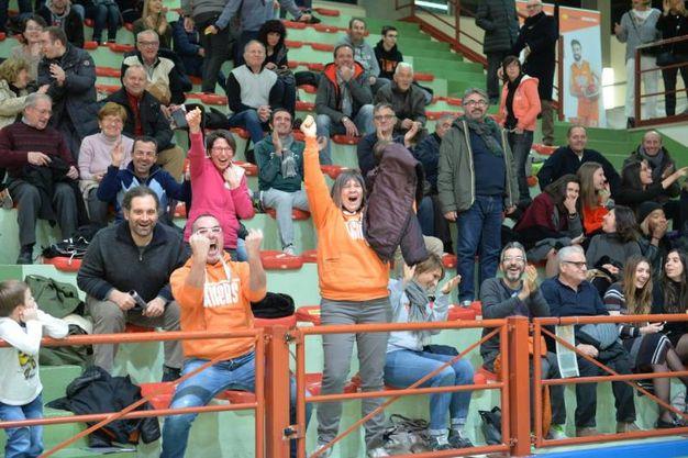 Tra le tante iniziative messe in campo da inizio stagione da parte dei Tigers Forlì, la società di pallacanestro che milita in serie B, c'è anche il tiro da metà campo durante l'intervallo, tiro che mette in palio importanti premi (Foto Frasca) .  Questa sera, durante il riposo della partita fra gli arancioneri e la Virtus Padova, il Magic Shot è stato realizzato da un giovanissimo del settore giovanile dei Tigers: a disegnare la parabola vincente è stato Leonardo Marchini, classe 2003. Si tratta di un tiro di cui difficilmente si dimenticherà: grazie a quel canestro, il giovane si è aggiudicato una automobile, una Volkswagen Up messa a disposizione dallo sponsor Sva Plus. Un momento emozionante , che ha ulteriormente allietato la serata in casa dei Tigers, i quali hanno avuto la meglio sulla Virtus Padova per 80-66.